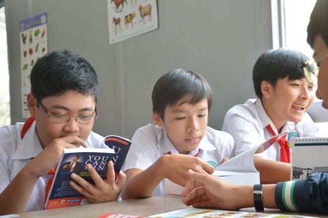 Học sinh trường THCS Long Bình Điền hào hứng đọc sách tại thư viện container - Ảnh: Thành Nhơn.