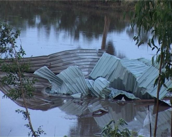 Những tấm tôn bị gió lốc cuốn bay xuống kênh.