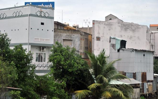Nhiều người cho rằng chính những ngôi nhà này làm xấu bộ mặt thị xã.
