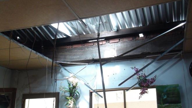 Mái và trần nhà hư hỏng nặng.