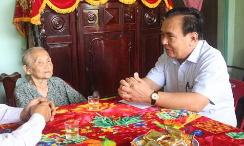 Phó Bí thư Thường trực Tỉnh ủy Võ Văn Bìnhthăm hỏi sức khỏe bà Nguyễn Thị Tư (vợ liệt sĩ), ngụ ấp Hòa.