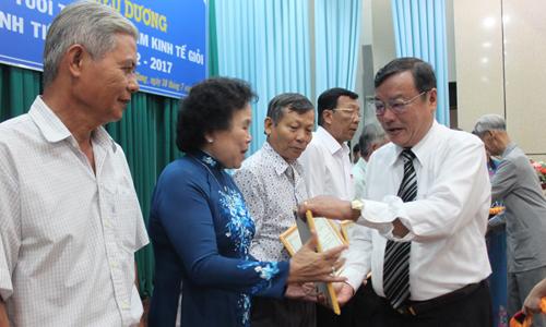 Đồng chí Đỗ Tấn Minh, chủ tịch Hội NCT tỉnh trao bằng công nhận cho NCT