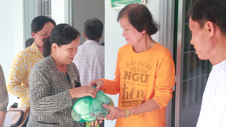 Chương trình đã khám bệnh, phát thuốc miễn phí và tặng quà cho 150 người dân có hoàn cảnh khó khăn của xã Mỹ Thành Bắc (huyện Cai Lậy, tỉnh Tiền Giang).