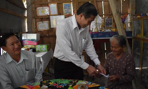 Chủ tịch UBND tỉnh tặng quà cho thương binh Nguyễn Thị Huệ