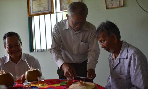 Đồng chí Phạm Thương Tý, Phó Gia1m đốc Sở LĐTB&XH tặng quà cho ông Lê Kim Tiến