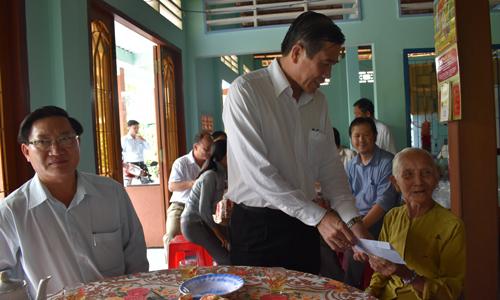 Chủ tịch UBND tỉnh thăm hỏi vợ liệt sĩ Nguyễn Thị Bé