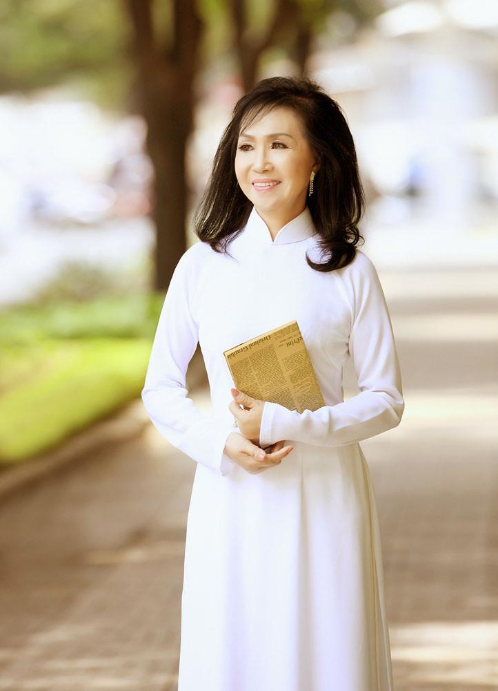 Phuong Dung dien ao dai ve tham truong cu hinh anh 2