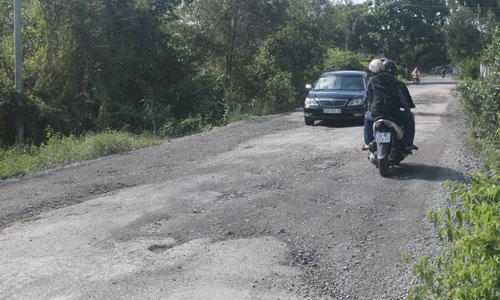 Đường tỉnh 865, đoạn qua ấp Long Phước, xã Mỹ Phước Tây, huyện Cai Lậy đã xuống cấp, gây khó khăn cho người  và phương tiện tham gia giao thông.