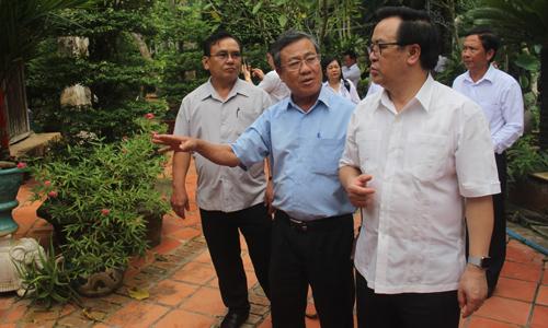 Đoàn công tác tham quan nhà cổ của ông Kiệt.