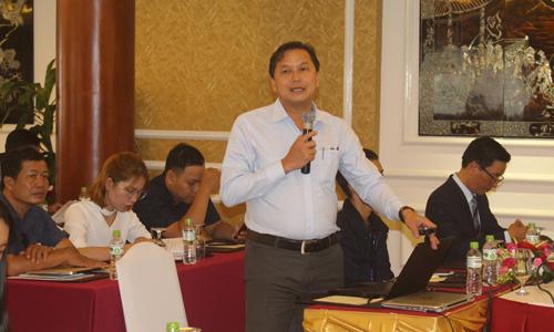 Phó Giám đốc Sở Kế hoạch và Đầu tư Nguyễn Đình Thông báo cáo về tình hình kinh tế - xã hội của tỉnh Tiền Giang.