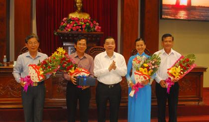 Tặng hoa, quà cho lãnh đạo nghỉ hưu, đơn vị tổ chức và đơn vị đăng cai lần sau.