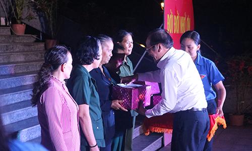 Đồng chí Châu Thị Mỹ Phương (ảnh trên) và đồng chí Trần Thanh Đức (ảnh dưới) trao quà cho các cựu nữ Thanh niên xung phong có hoàn cảnh khó khăn trên địa bàn TP. Mỹ Tho.