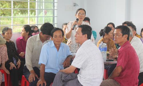 Nhiều người dân ấp 7 đến tham dự buổi tiếp xúc cử tri.