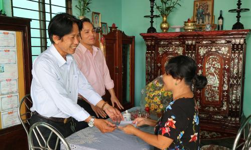 Đồng chí Phạm Văn Sơn-Phó tổng biên tập Báo Ấp Bắc trao quà cho gia đình má Tư, ở Tp Mỹ Tho.