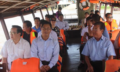 Đoàn công tác đi thuyền đi trên sông Tiền.