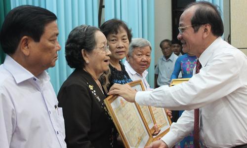Đồng chí Trần Thanh Đức trao Bằng khen của UBND tỉnh cho NCT tiêu biểu