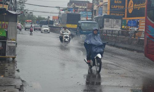 Nước mưa ngập đường ở TX. Cai Lậy gây khó khăn  và nguy hiểm cho người và phương tiện tham gia giao thông.