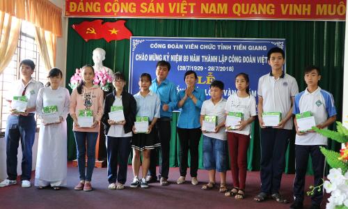Các em học sinh nhận học bổng Tấm lòng vàng từ CĐVC Tiền Giang