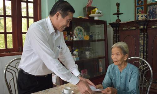 Chủ tịch UBND tỉnh thăm hỏi mẹ Việt Nam Anh hùng Nguyễn Thị Phấn
