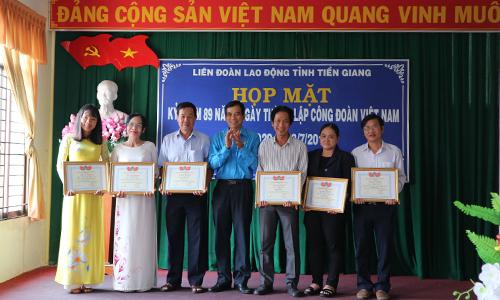 Chủ tịch LĐLĐ tỉnh Trương Văn Hiền trao Bằng khen của LĐLĐ cho các tác giả đạt Giải Báo chí Nguyễn Văn Nguyễn năm 2018.