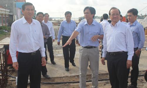 Lãnh đạo UBND tỉnh kiểm tra tiến độ thi công Dự án kè sông Tiền - phường 2.