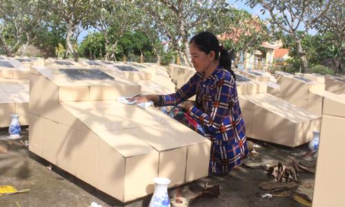 Chị Nguyễn Kim Hương gắn bó với nghề quản trang bằng cả lòng tôn kính để tri ân, báo đáp công lao của những liệt sĩ.