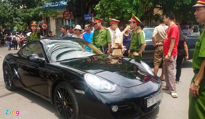 Tai xe co thu trong xe Porsche giua pho co hinh anh 1