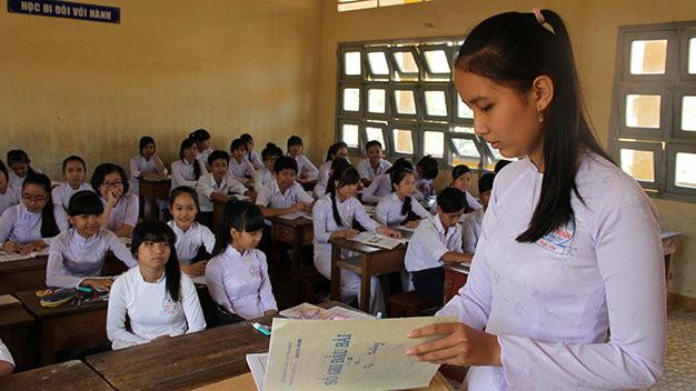 Bạn Trương Nguyễn Ngọc Yến (lớp trưởng lớp 9/1) ghi sổ đầu bài.