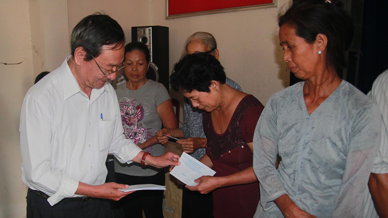 Chủ tịch Hội Bảo trợ bệnh nhân nghèo, người khuyết tật và trẻ mồ côi tỉnh Tiền Giang Phan Văn Hà trao quà cho người nghèo, gia đình chính sách.