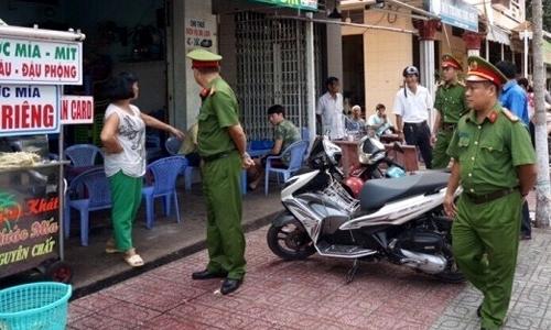 Lực lượng chức năng thực hiện công tác giải tỏa hành lang ATGT đô thị trên địa bàn thành phố.