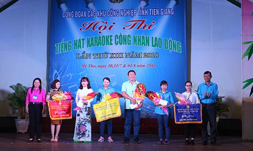 Ban tổ chức trao giải cho các đội giành thứ hạng cao