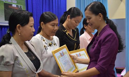Đồng chí Nguyễn Thị Kim Phượng, Chủ tịch Hội LHPN tỉnh trao bằng khen cho các tập thể