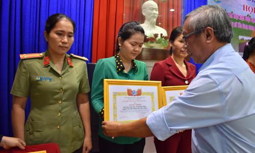 Đồng chí Huỳnh Thanh Minh, Phó Trưởng Ban dân vận Tỉnh ủy trao bằng khen cho các tập thể
