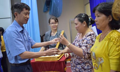 Đồng chí Trịnh Công Minh, Phó Giam đốc Sở Nông nghiệp và Phát triền nông thôn trao bằng khen cho các cá nhân