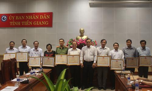 Phó Chủ tịch UBND tỉnh Lê Văn Nghĩa trao bằng khen cho các cá nhân.