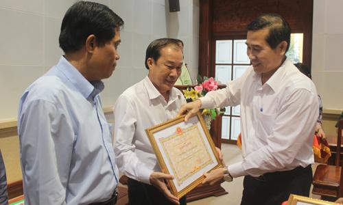 Chủ tịch UBND tỉnh Lê Văn Hưởng trao bằng khen cho các tập thể.