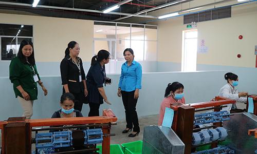 Đoàn giám sát trao đổi về tình hình sử dụng lao động nữ tại Công ty KNITPASSION