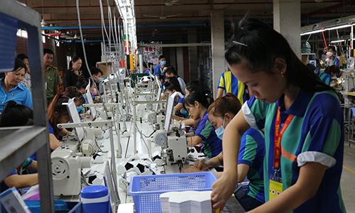 Lao động nữ của Công ty Yegin Vina đang làm việc