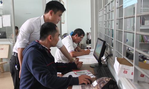 """UBND xã NTM Long Khánh bố trí máy vi tính kết nối internet bên ngoài bộ phận """"một cửa"""" để phục vụ người dân."""