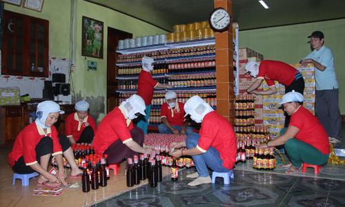 Cơ sở sản xuất nước mắm Trung Phát, xã Kim Sơn, huyện Châu Thành đã góp phần giải quyết việc làm cho nhiều lao động địa phương.