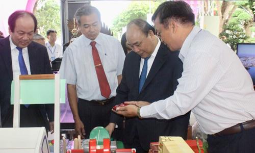 Thủ tướng Chính phủ Nguyễn Xuân Phúc tham quan Triển lãm Thành tựu phát triển  doanh nghiệp tỉnh Tiền Giang năm 2018.