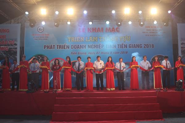 Lãnh đạo tỉnh cắt băng khai mạc Triển lãm Thành tựu phát triển doanh nghiệp tỉnh Tiền Giang năm 2018.