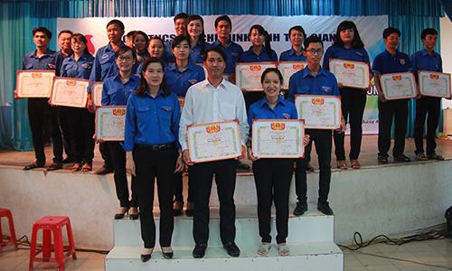 Phó Bí thư Tỉnh đoàn Nguyễn Thị Mỹ Nương trao thưởng cho các đơn vị tham gia liên hoan.