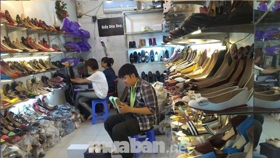 Tuyển nữ phụ giúp bán giày dép.