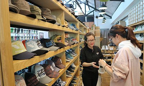 Khách hàng tham khảo giày của Yame shop