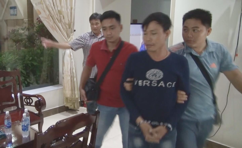 Đối tượng trộm tài sản tại trường học (đứng giữa) đã bị bắt giữ. Ảnh: LÊ HOÀI