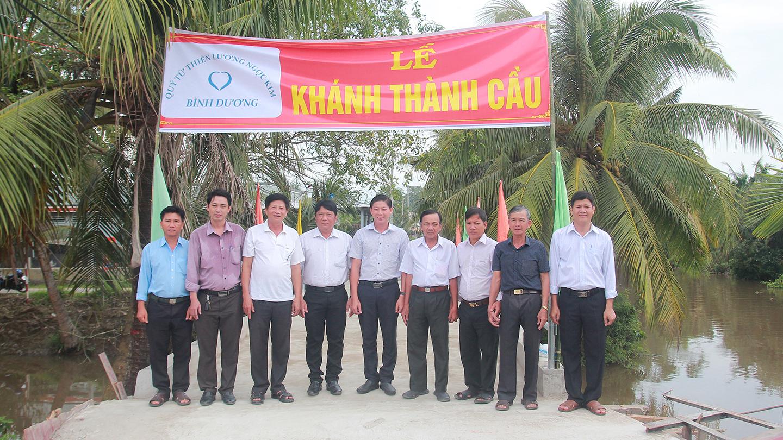 Đại diện Quỹ từ thiện Lương Ngọc Kim bàn giao cầu Kênh Kháng Chiến cho xã Tam Hiệp (huyện Châu Thành, Tiền Giang)