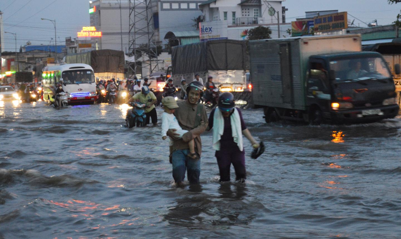 Nhiều người bỏ xe máy lội nước về nhà.