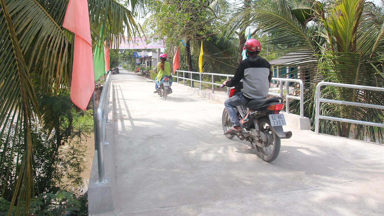 Cây cầu hoàn thành giúp người dân thuận tiện lưu thông.