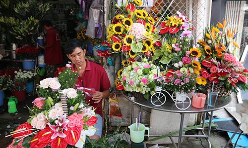 Cửa hàng chuẩn bị hoa cho ngày lễ